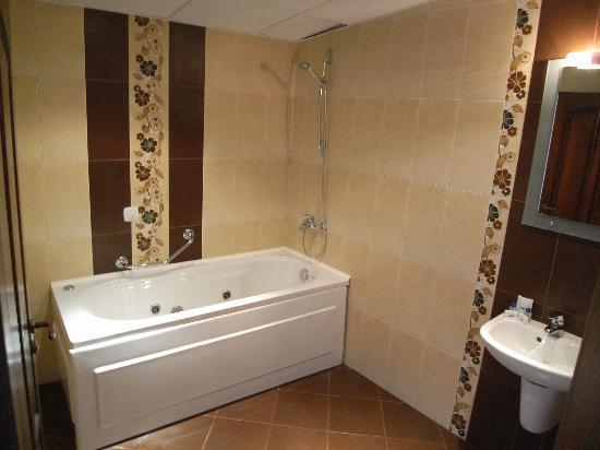 Hotel Gurko: spacious bathroom with jacuzzi