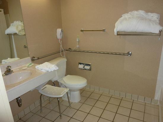 Comfort Suites - Kings Island: bathroom rooms 127