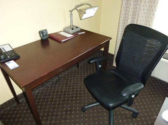 Comfort Suites - Kings Island: plenty of space and great chair, maybe you can see the worn carpet