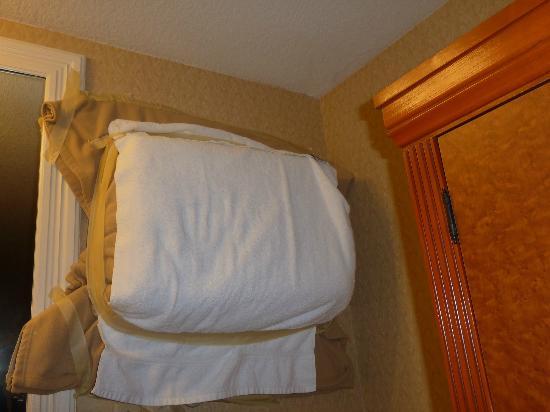 Best Western Plus Anaheim Inn: ecco il nostro condizionatore impacchettato dalla manutenzione causa troppo rumore