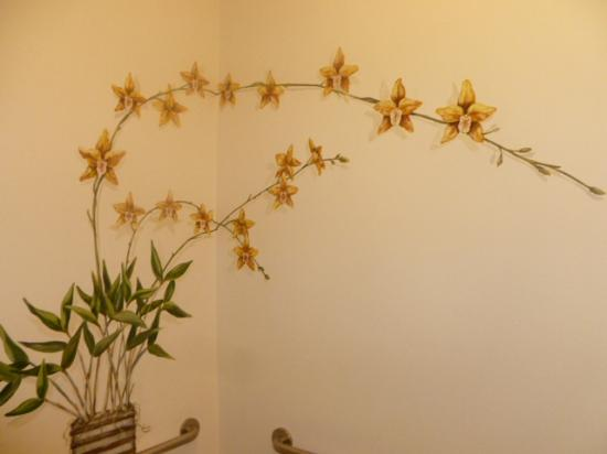 Maison Martinique Restaurant: Hand painted flowers in the ladies room