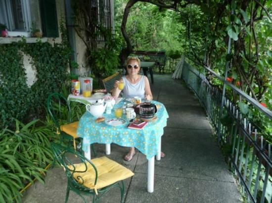 Edera Bed&Breakfast : Breakfast on the terrace.