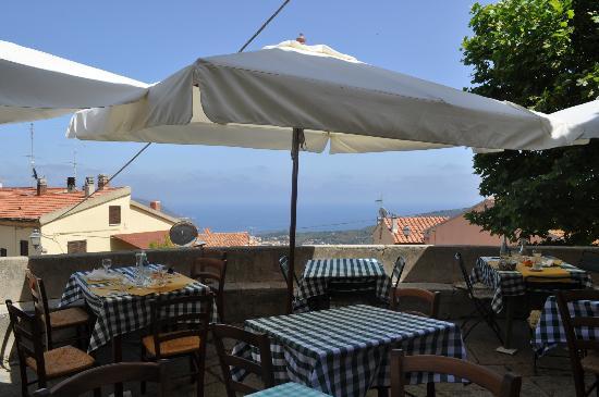 Campo nell'Elba, Italia: La terrazza a fine pranzo con la stupenda vista