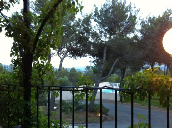 Hotel Valaurie: une belle vue sur la vallée et la piscine pour la dîner