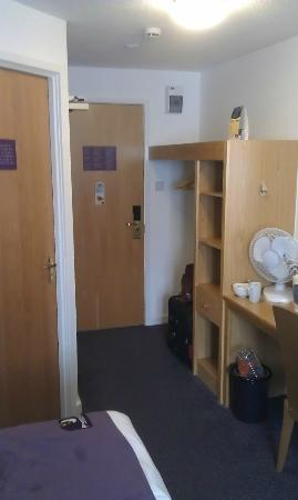 Premier Inn Edinburgh City Centre (Haymarket) Hotel: Length of room