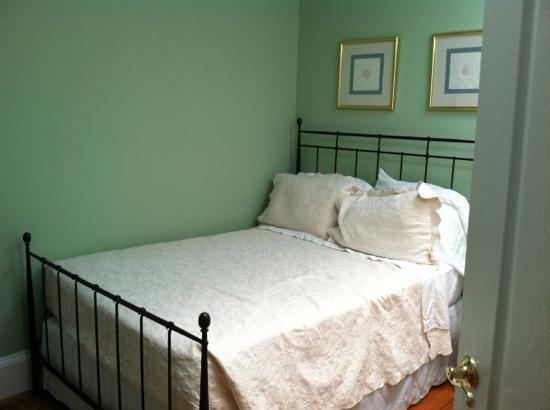 Hotel Tarrymore: queen room