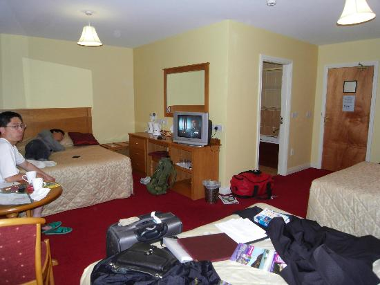 Donegal Manor: spacious room, comfortable beds