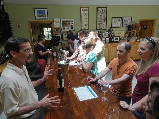 Alexander Valley Vineyards : The bar area.