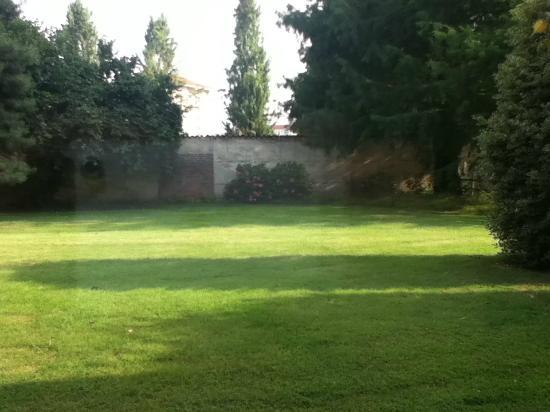 Agriturismo Camisassi : Il giardino sul lato posteriore delle camere