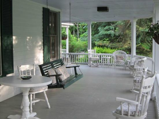 ‪‪Beaverkill Valley Inn‬: sounds of the river from this porch- divine!