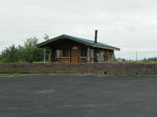 Pioneer Ridge Bed and Breakfast Inn: The rustic cabin is also available, tho washroom is inside main building.