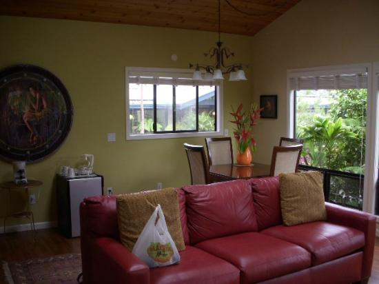 Waianuhea Bed & Breakfast: Dining area in the suite