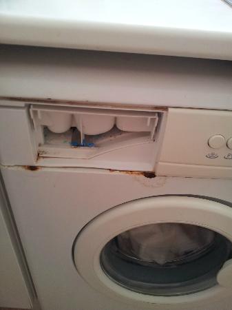 Cumbres de Salou: Broken/rusty washing machine
