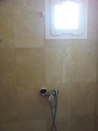 Cumbres de Salou: Broken shower holder
