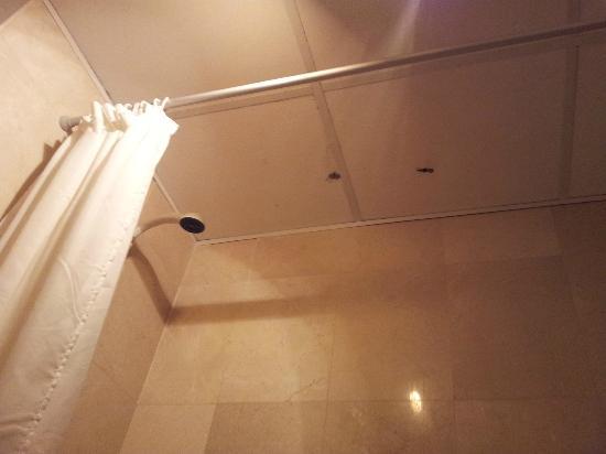 Cumbres de Salou: Holes in the ceiling