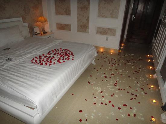 The Candle Lit And Rose Petals Floor Picture Of Ono