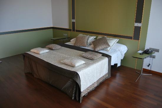 Hotel Porto Calpe: Cama de la habitación E 1