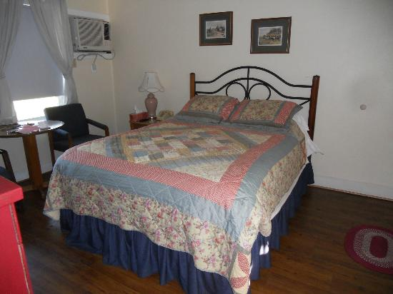 Peach Tree Inn & Suites: Clean, simple room at Peach Tree Inn