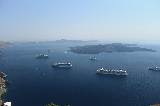 Avianto Suites: Cruise ships in the bay