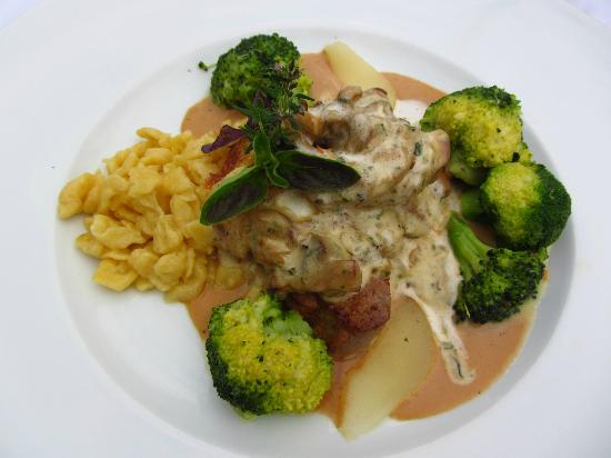 Berghotel Schlossanger Alp: Sauteed venison with juniper cream sauce, mushrooms, broccoli, and spatzle