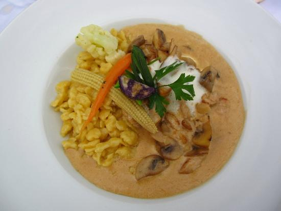 Berghotel Schlossanger Alp: Sliced turkey breast in mushroom cream sauce with spatzle and vegetables