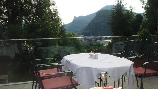 Hotel Schloss Monchstein: Terraza desayuno con hermosa vista
