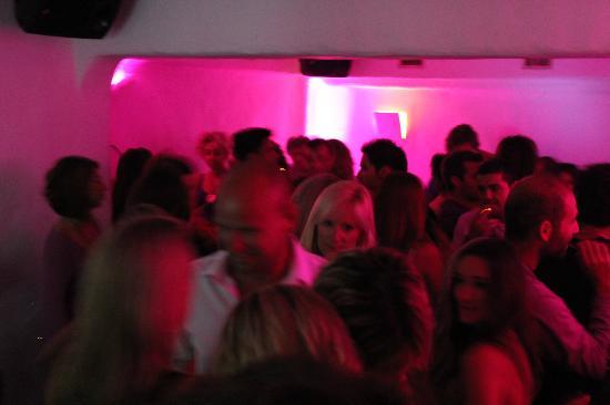 Coo Bar Ios: The packed dance floor