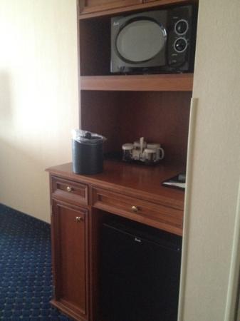 Hilton Garden Inn Overland Park: microwave and mini fridge !