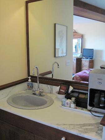 Black Heron Inn: Wet bar with coffee maker, toaster, tea kettle, plates, etc.