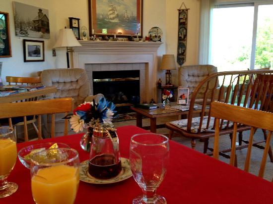 Door County Lighthouse Inn: living room / breakfast area