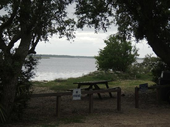 North Beach Camp Resort: Picnic table near the intercoastal waterway (ICW)