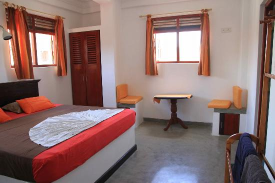 Seagreen Guesthouse: King sized bedroom with A/C