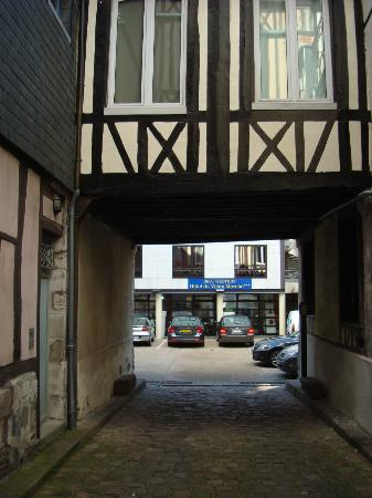 BEST WESTERN Hotel Litteraire Gustave Flaubert : Hotel car park entrance