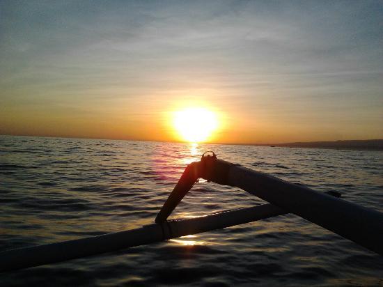 ดอลฟินบีชบาหลีวิลลา: Sunrise from Dolphin Boats