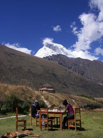 Almorzando En La Terraza Del Lodge Observando El Pico Norte