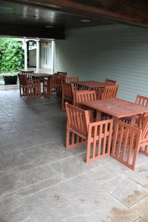 King's Port Inn: The patio area