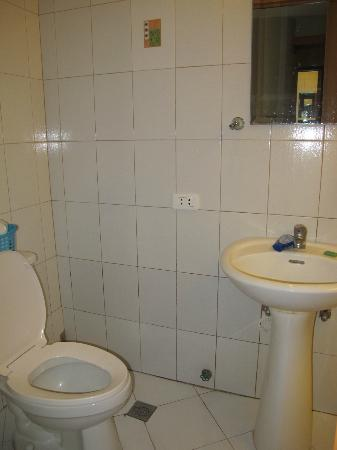 Fuente Oro Business Suites: Bathroom - no counter space, but clean, and water pressure is good