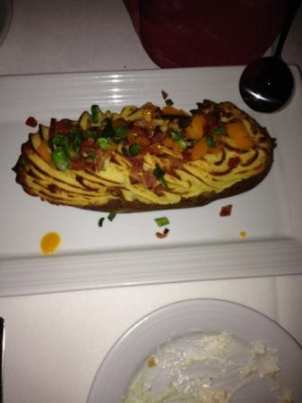 Wolfgang Puck Bar & Grill: baked potato