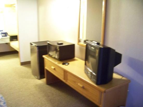 Timbers Motel: Dresser w/tv & microwave