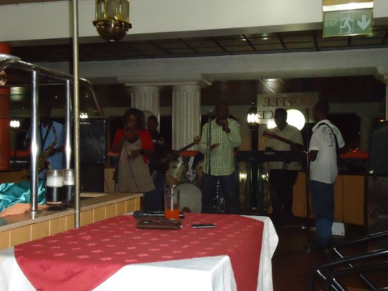 Grand Imperial Hotel : Live Band at the Restaurant