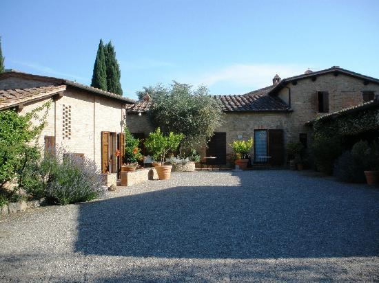 L'Aia Country Holidays: cortile d'ingresso