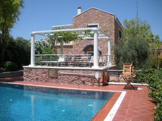 Metohi Georgila: Zonnen terras bij het zwembad