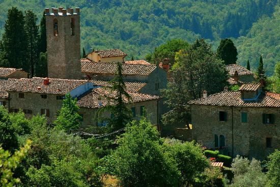 Mille Primavere: L'antico borgo di San Vincenti visto dall'altra parte della vallata