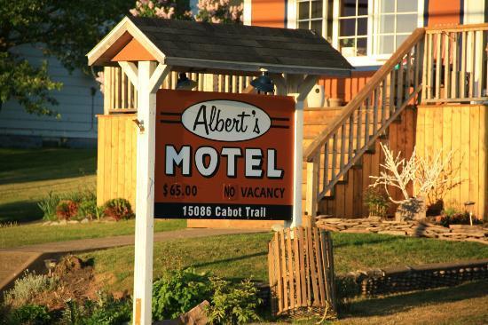 Albert's Motel: Reklame an der Straße