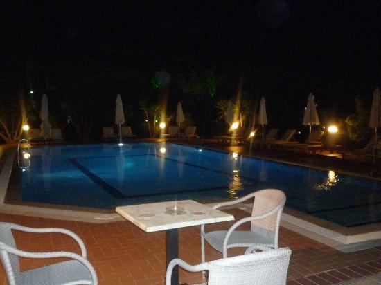 Sunset Hotel & Apartments: The pool at eventide