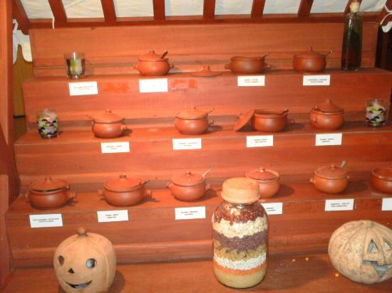 Denizati Holiday Village: Spices in the dining area