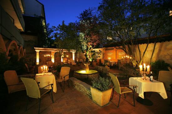 Oliveto: Romantischer Innenhof bei Nacht
