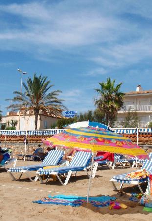 Hotel Los Globos: Вид на отель с пляжа