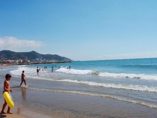 Hotel Los Globos: Пляж возле отеля
