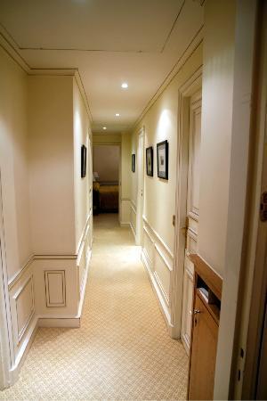 Hotel de Crillon : Le couloir desservant le salon, la salle de bain, les toilettes et la chambre